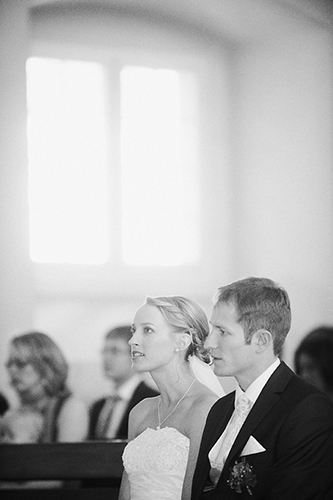Hochzeitspaar bei der Trauung in der Kirche