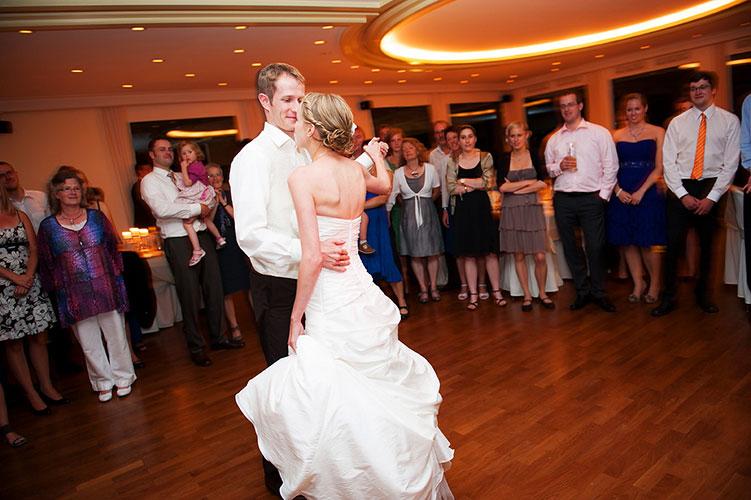 Hochzeitsreportage in Freiburg, Brautpaar beim Tanzen