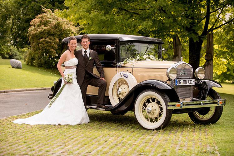 Hochzeitsaufnahme vor Oldtimer in Schmieheim