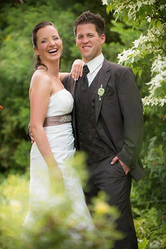 Brautpaar im frischem Grün und gut gelaunt in Schmieheim