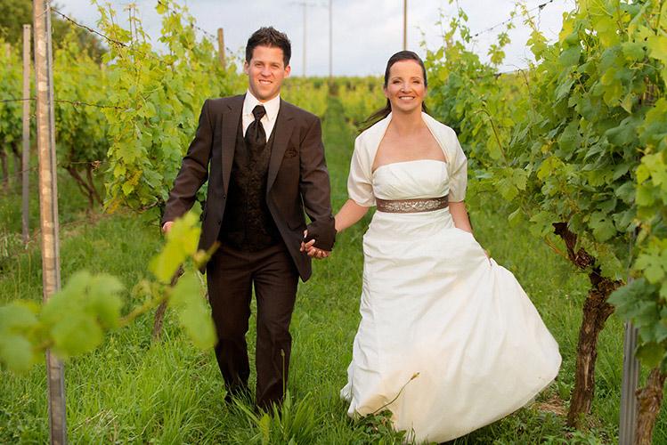 Laufende Brautpaar in der Weinreben im Schwarzwald