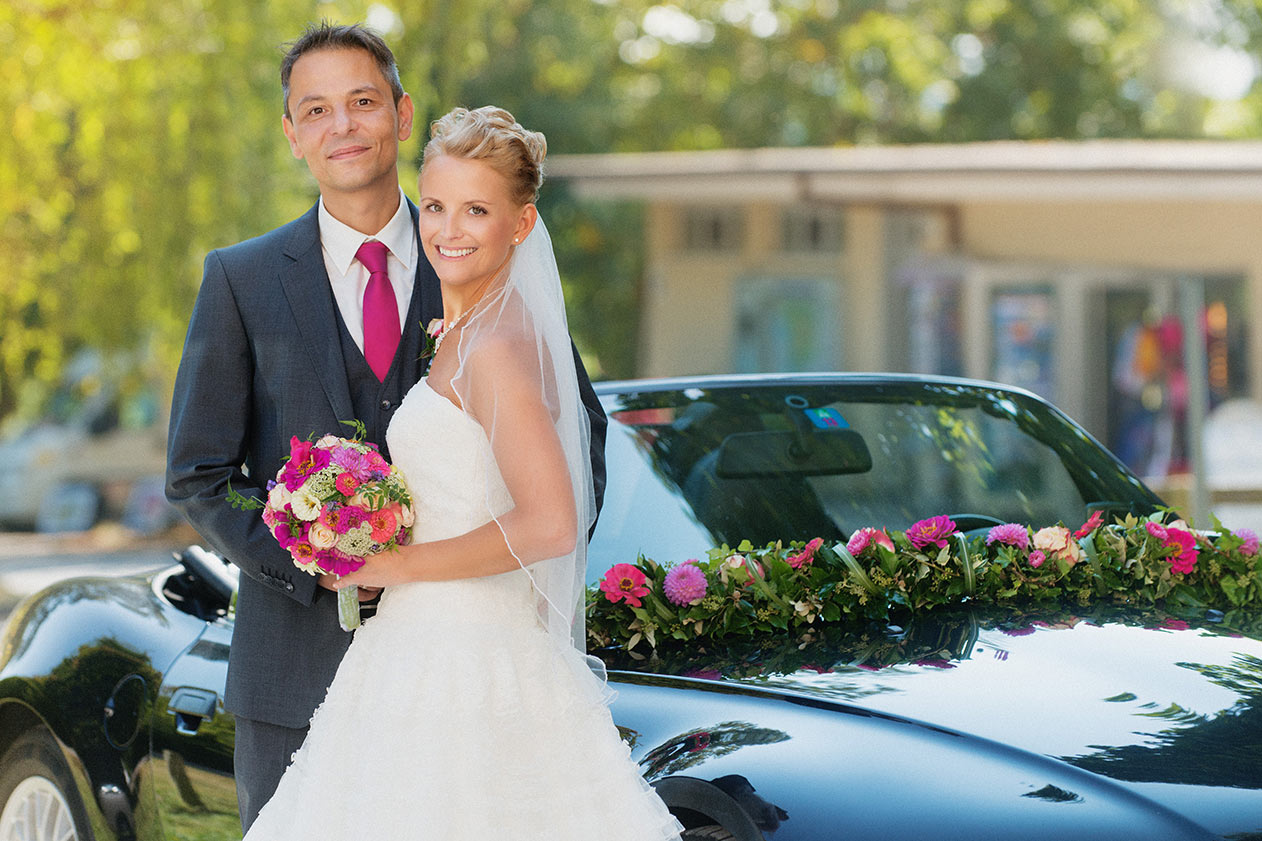 Wunderschöne Brautpaar mit Strauß vor Klosterkirche Birnau am Bodensee