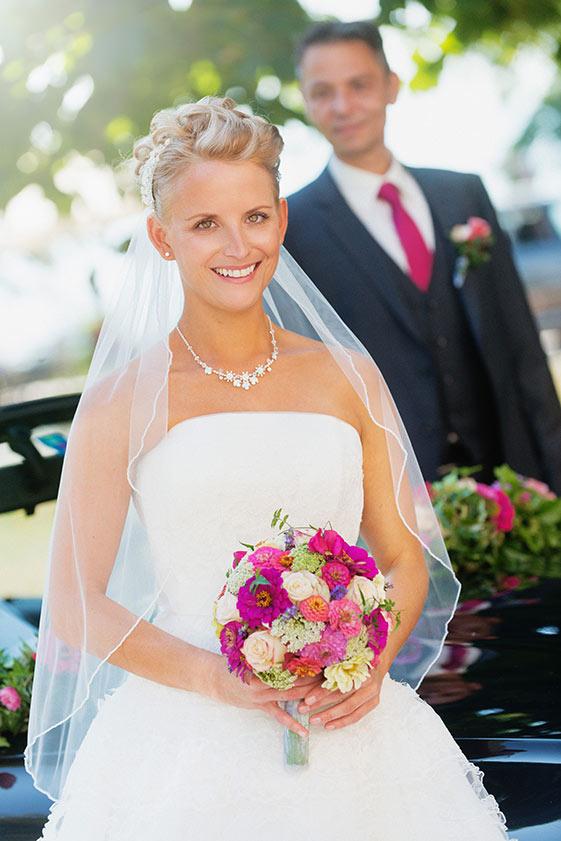 Wunderschöne Braut mit Strauß vor Klosterkirche Birnau am Bodensee