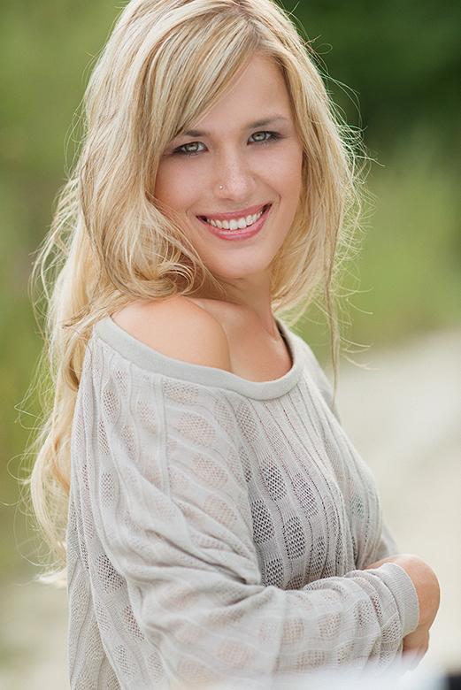 Portrait von ein hübsches blondes Model auf Location bei Meißenheim