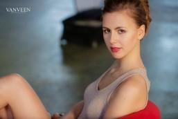 Portrait einer junge Frau und Model im Kleid sitzend